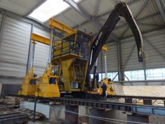 Manipulator lifted and slewing ring replaced at Kronospan factory in Moskovskaya oblast