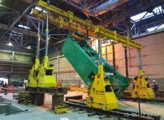 Кантование пресса в вертикальное положение с помощью портальных систем грузоподъемностью 125 тонн на Уральском трубном заводе в г. Первоуральск