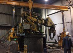 Операция вывешивания в точке центр тяжести и подъем манипулятора для установки на опорный брус