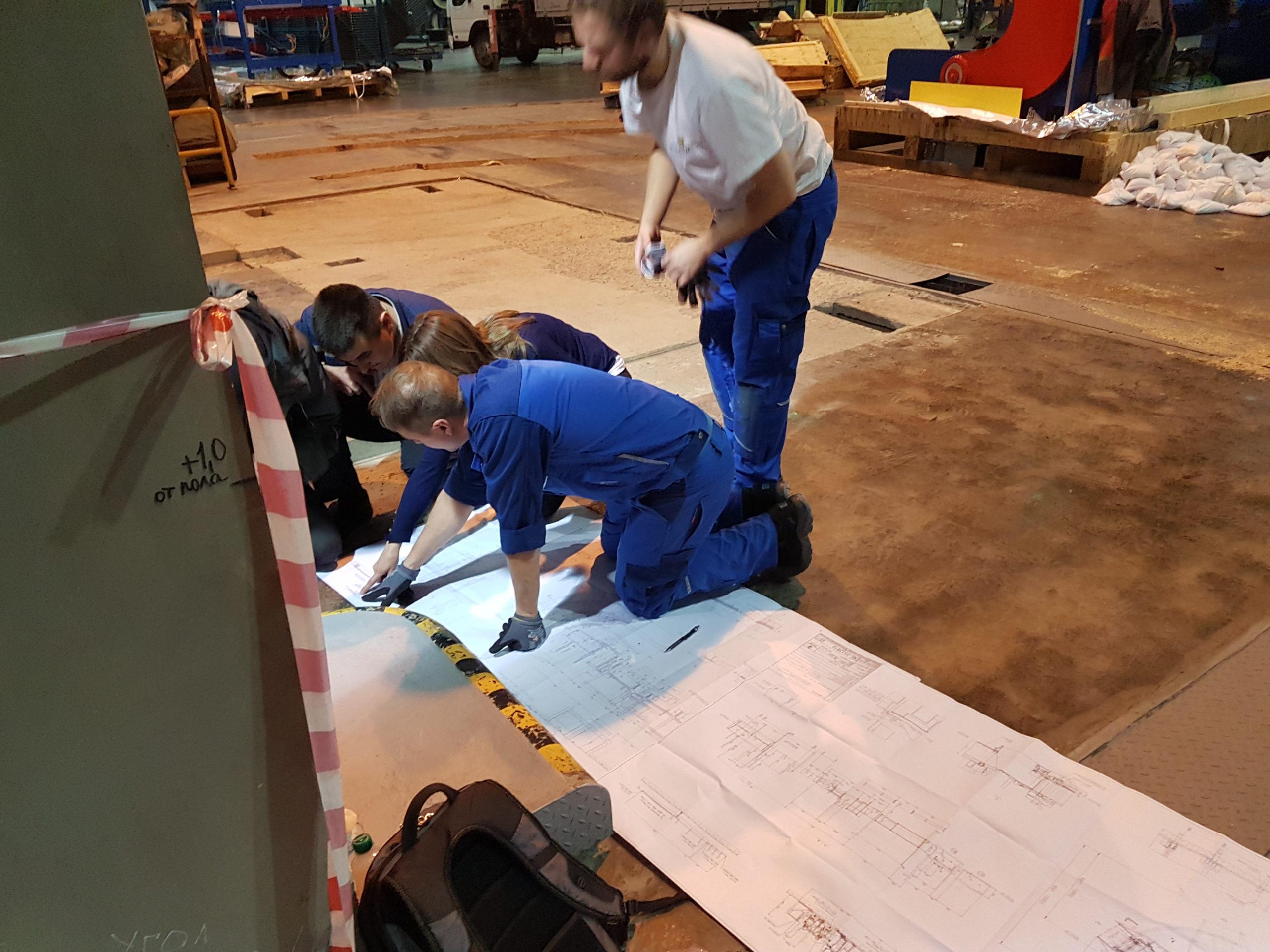 Чтение чертежей на площадке перед монтажом оборудования