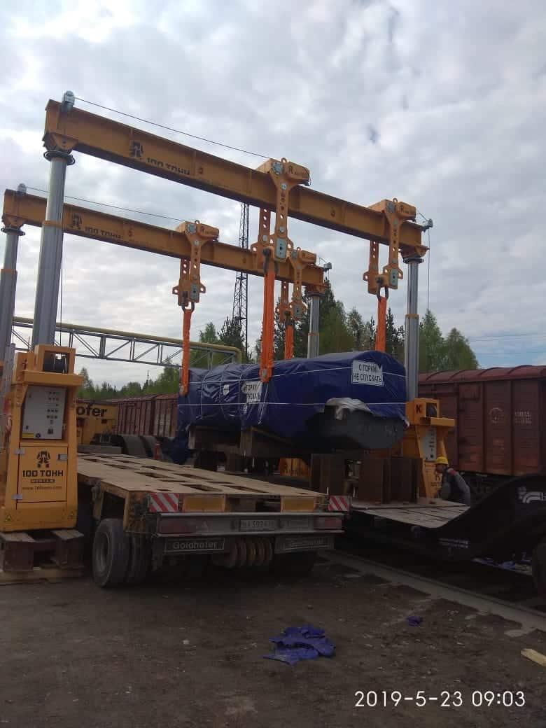 Перегрузка пресса SACMI РН3590 с железнодорожного транспортёра на автомобильный трал