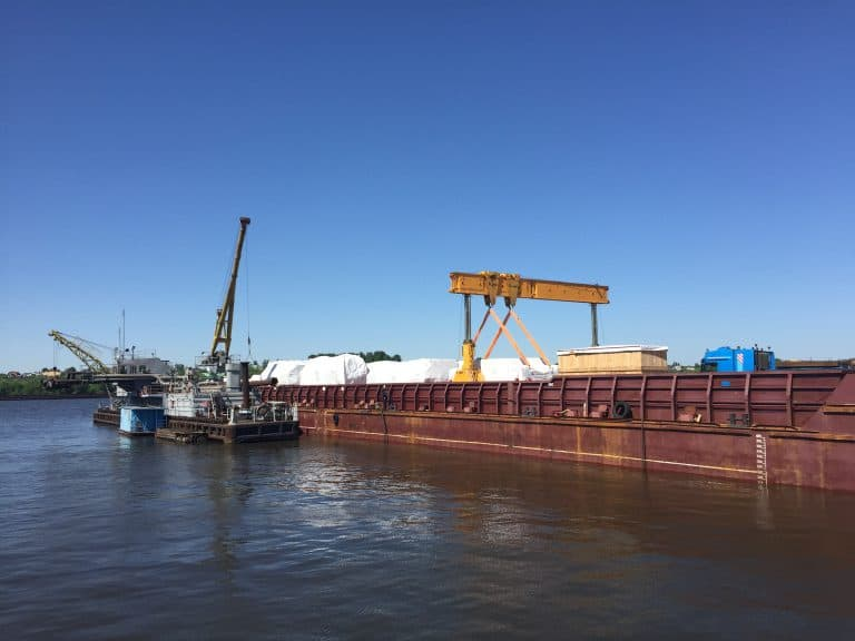 Перегрузка прессового оборудования FAGOR с баржи на автомобильные тралы в порту г. Коломна