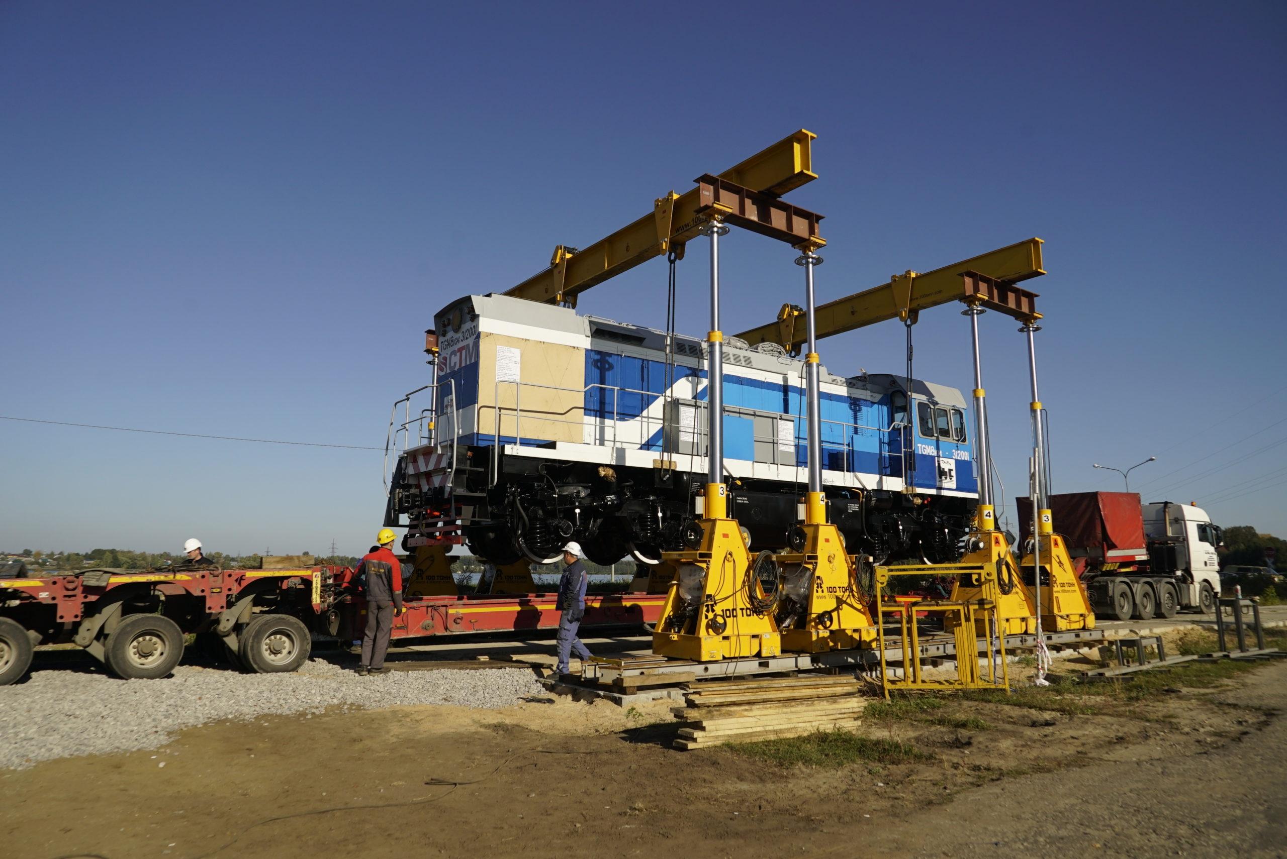 Погрузка порталом локомотива ТГМ 8км