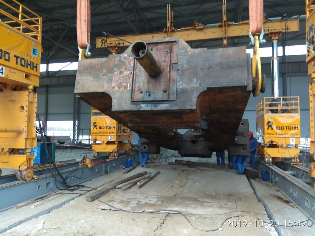 Промышленный такелаж станины с помощью гидравлического портала