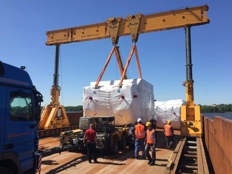 Такелажные работы по перегрузке оборудования с баржи на автотранспорт