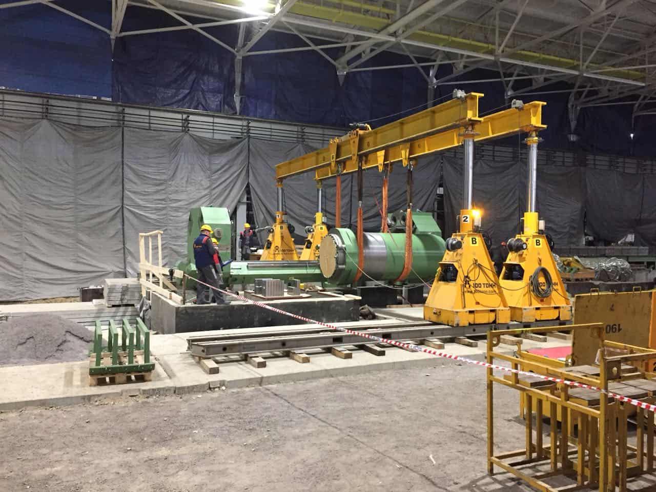 Установка корпуса главного цилиндра пресса 35МН SMS MEER на Ревдинском заводе ОЦМ