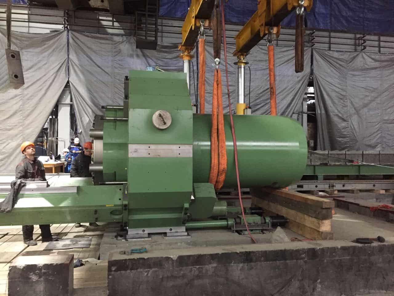 Установка корпуса главного цилиндра в траверсу пресса 35МН SMS MEER