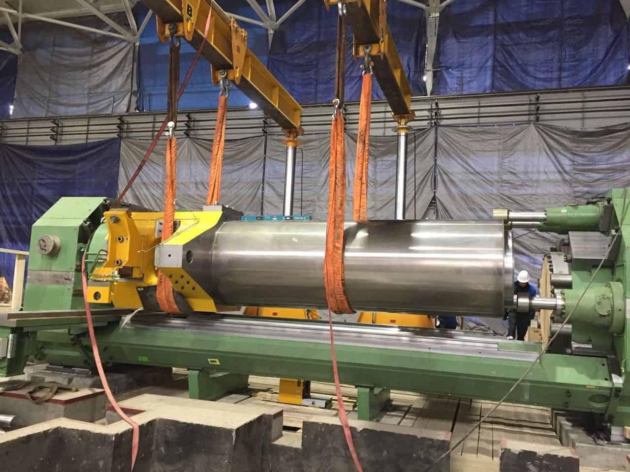 Установка плунжера главного цилиндра пресса 35МН SMS MEER в цехе