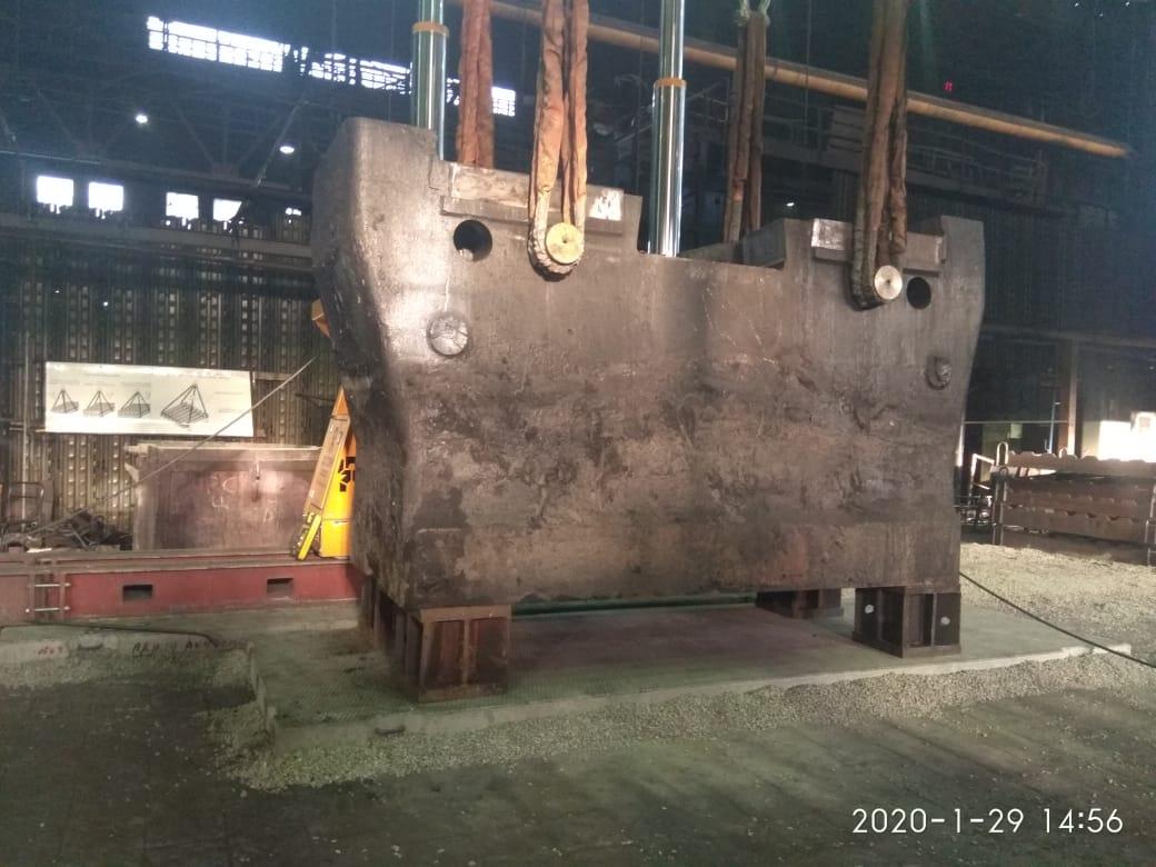 Верхний шабот молота установлен на место ремонта