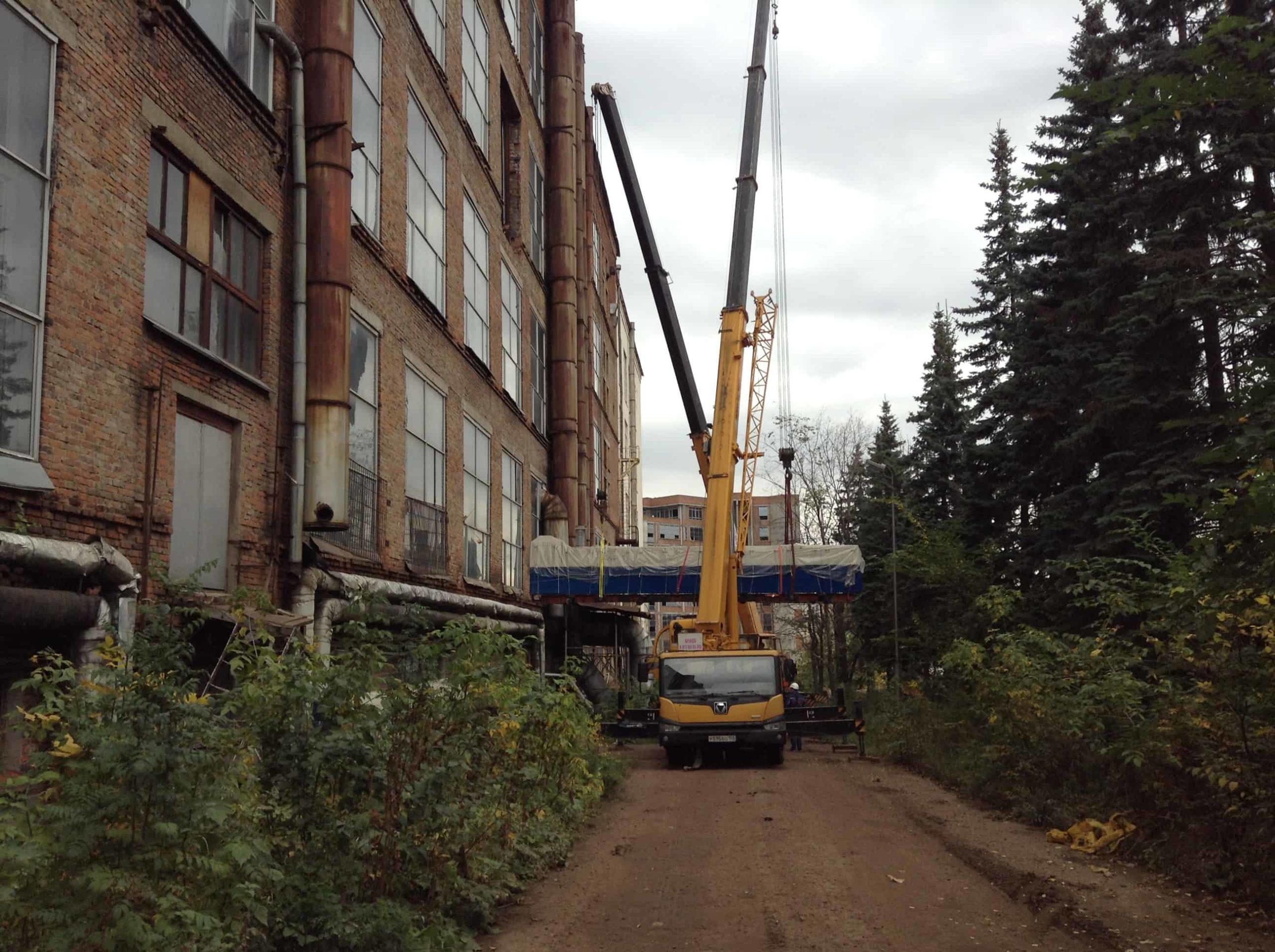 Выгрузка демонтированного оборудования из цеха через проем на 3 этаже