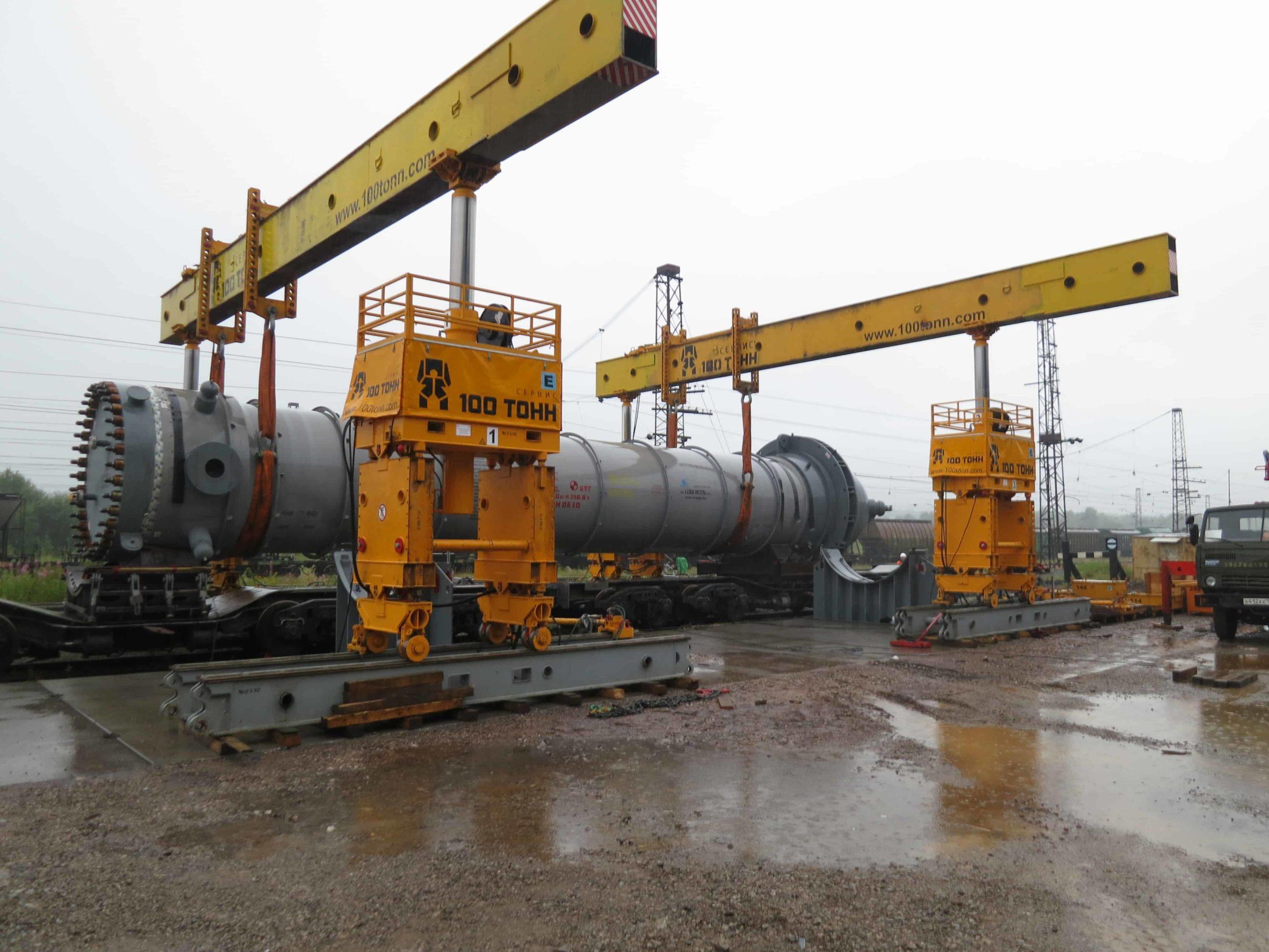 Выгрузка реактора аммиака с железнодорожного транспортёра в Пермском крае