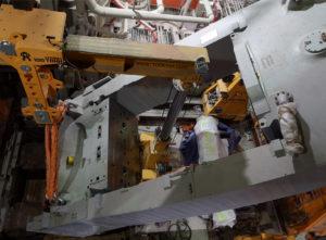 Кантование станины пресса внутри цеха с помощью двух порталов